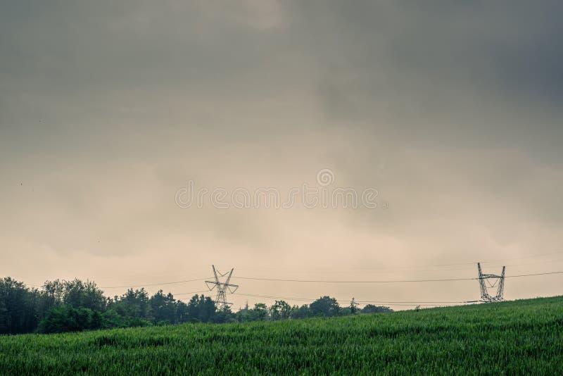 在一个绿色领域的定向塔 免版税库存图片