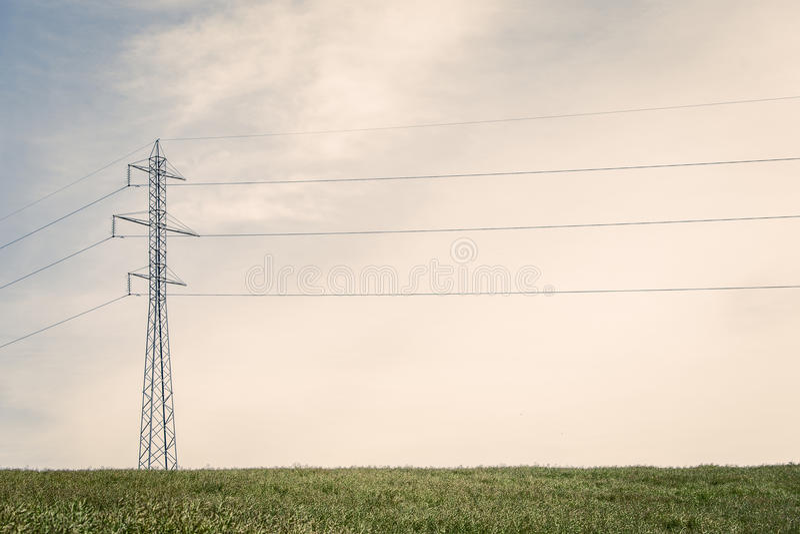 在一个绿色领域的高定向塔 库存图片