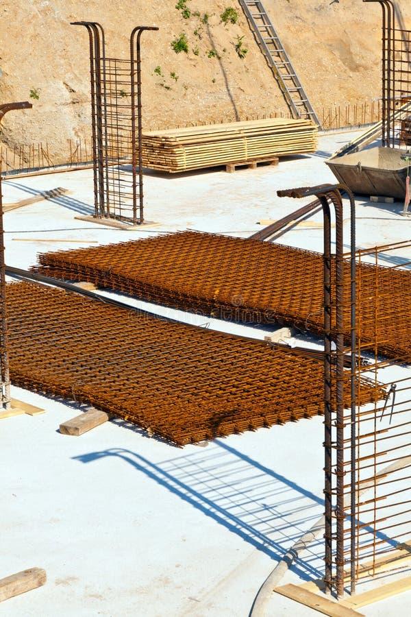 在一个建造场所的材料房子的基地的 免版税图库摄影