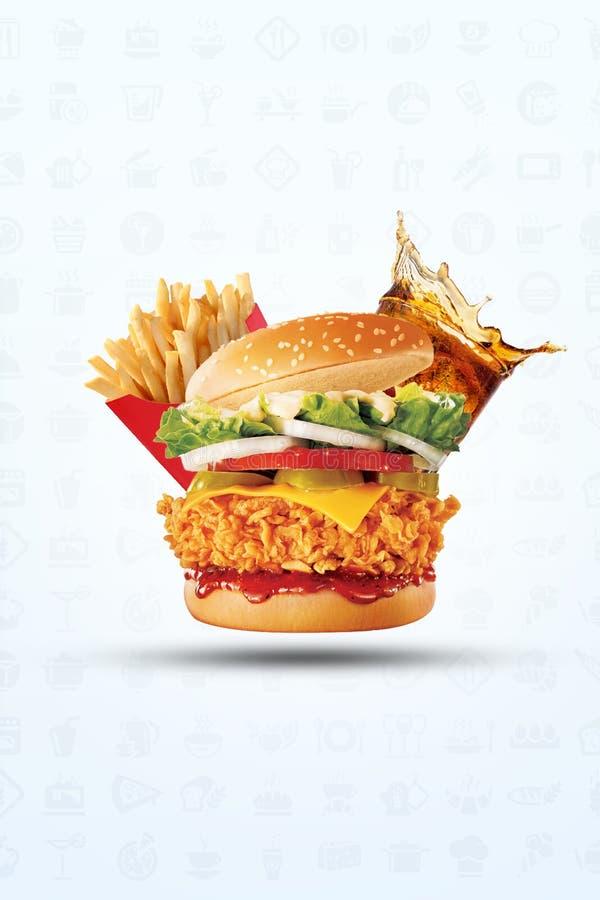 在一个asesame小圆面包与被冰的苏打饮料和酥脆金黄土豆炸薯条的汉堡包在白色背景 免版税图库摄影
