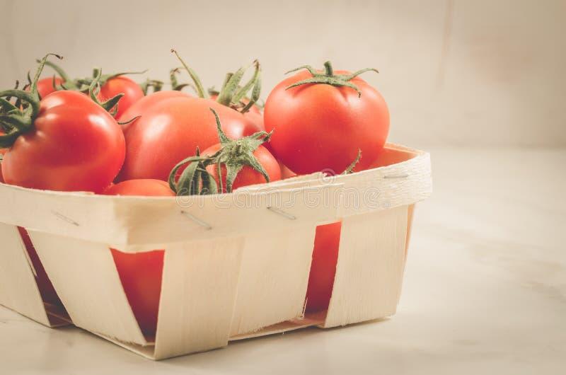 在一个wattled容器/蕃茄的蕃茄在一个wattled容器,选择聚焦 免版税库存图片