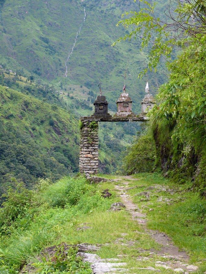 在一串绿色喜马拉雅足迹的佛陀门 免版税库存图片