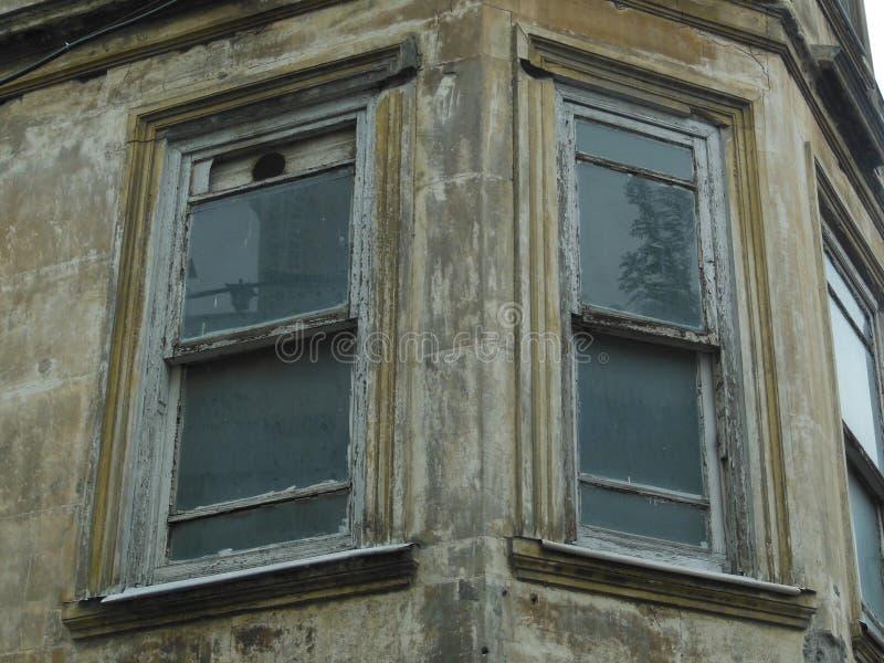 在一些大厦被破坏的墙壁的两个老窗口  免版税库存图片