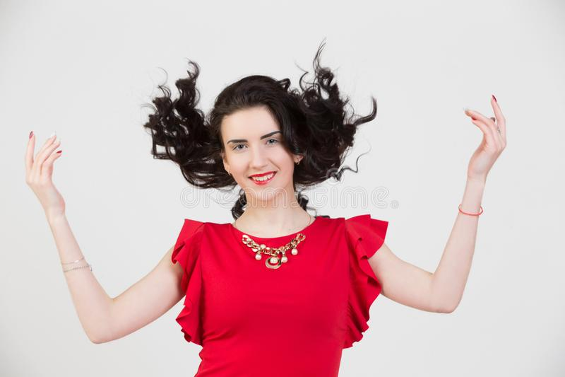 在一件明亮的红色礼服的一个女孩模型 库存照片