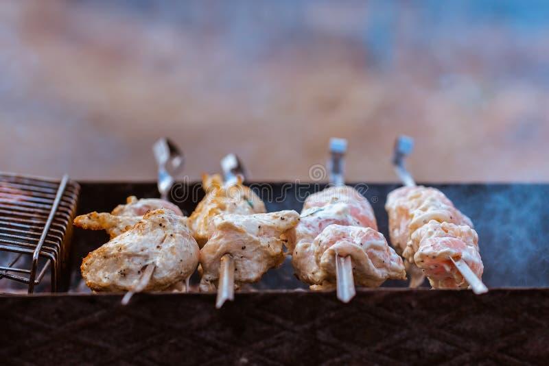 在一位热的火盆的水多的肉烤肉 免版税库存照片