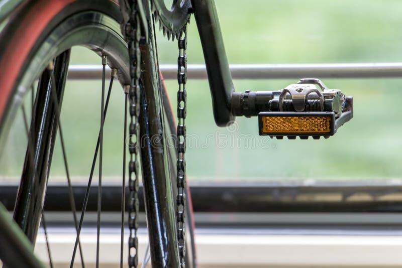 在一列移动的火车的细节自行车 免版税库存照片