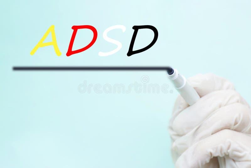 在一副手套的医生的手与一支毡尖的笔,ADHD注意D 图库摄影