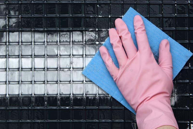 在一副桃红色橡胶手套的手 免版税图库摄影