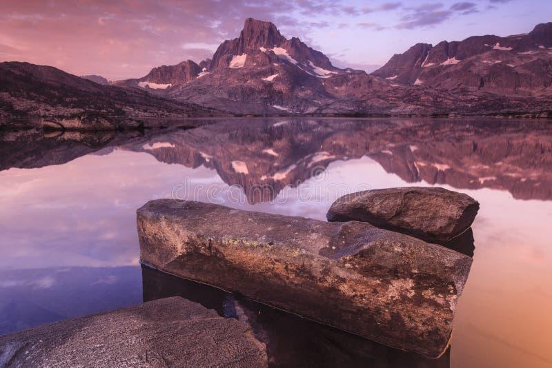 在一千个Island湖的横幅峰顶 库存图片