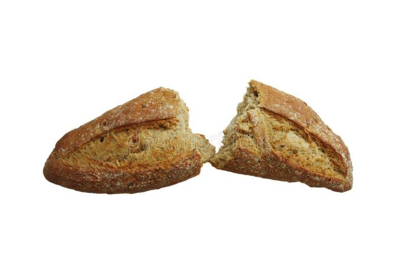 在一半打破的新鲜的被烘烤的面包大面包隔绝在白色背景、食物概念、干燥夏天和饥饿的人民 库存图片