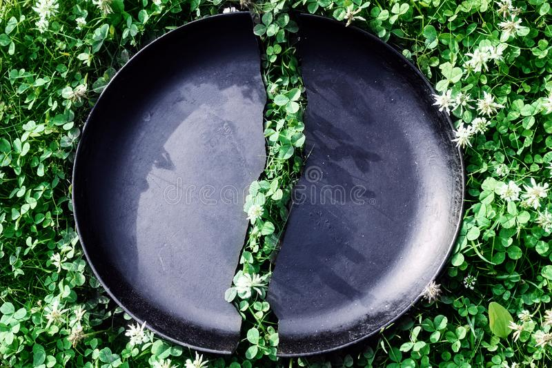 在一半的老黑铸铁长柄浅锅 库存照片
