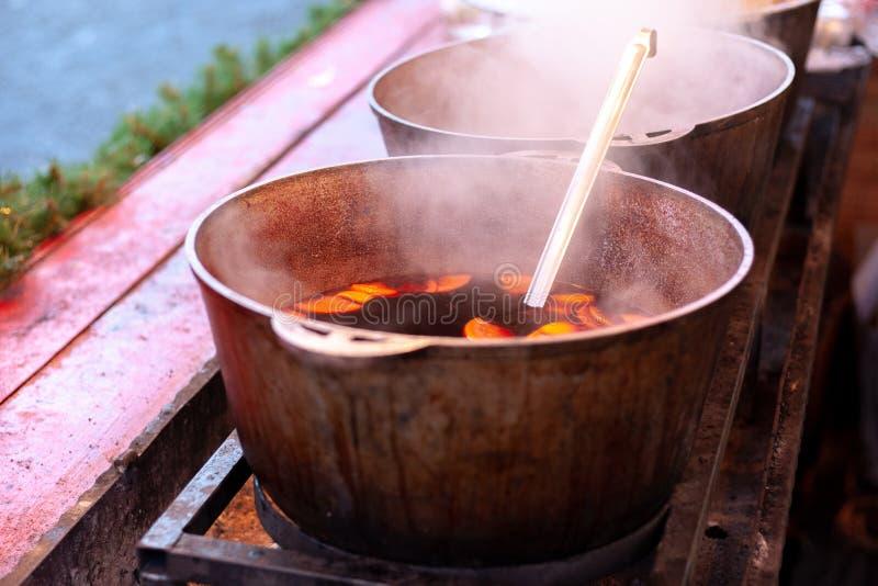 在一口大大锅的加香料的热葡萄酒 库存图片