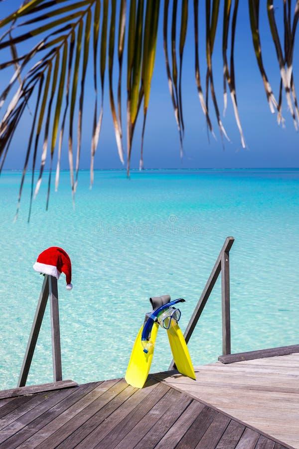 在一只木跳船的潜航的齿轮和圣诞节帽子 免版税库存照片