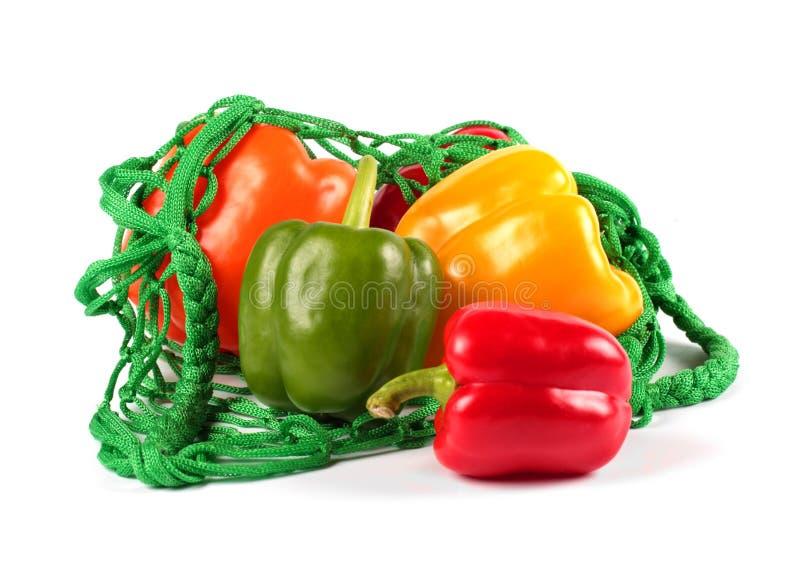 在一只绿色网兜的新鲜的甜椒 库存照片