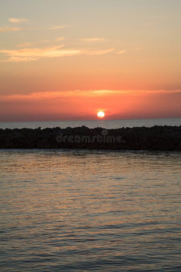 在一只跳船的橙色和红色太阳在Pass医生河在Lowde附近 免版税库存图片