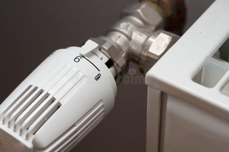 在一台白色幅射器的热化controler 库存照片