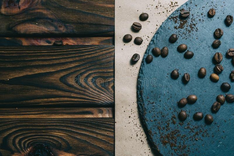 在一台磨丝器的咖啡有在黑暗的背景的一个杯子的与奶油 库存图片