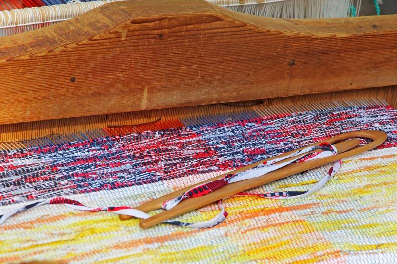 在一台编织机的多彩多姿的地毯 图库摄影