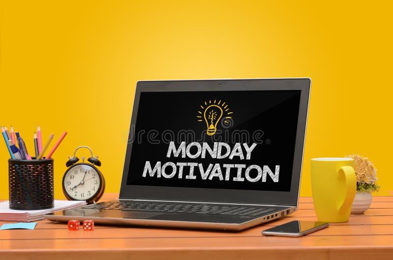 在一台膝上型计算机的星期一Motiviation有饱和的背景 免版税库存照片