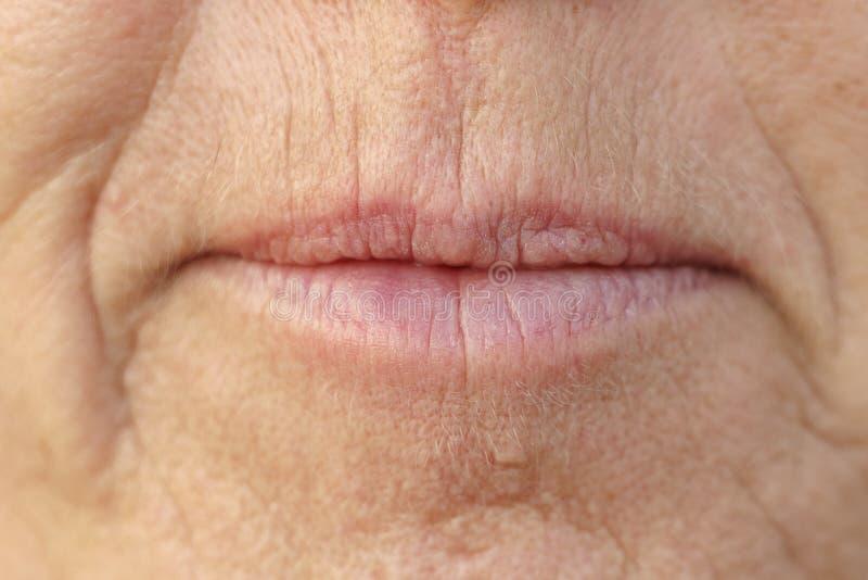 在一名中年妇女的嘴的极端特写镜头 免版税库存照片