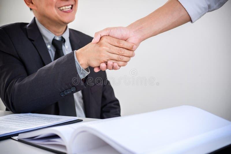 在一名男性律师和商人顾客,飞翅之间的咨询 免版税库存照片
