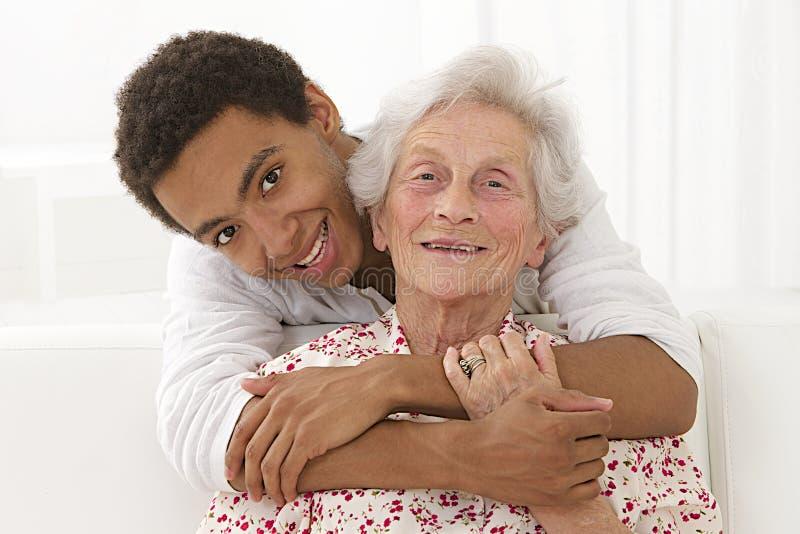 在一名资深妇女和她的混血儿孙子之间的家庭人生的共谋 库存图片