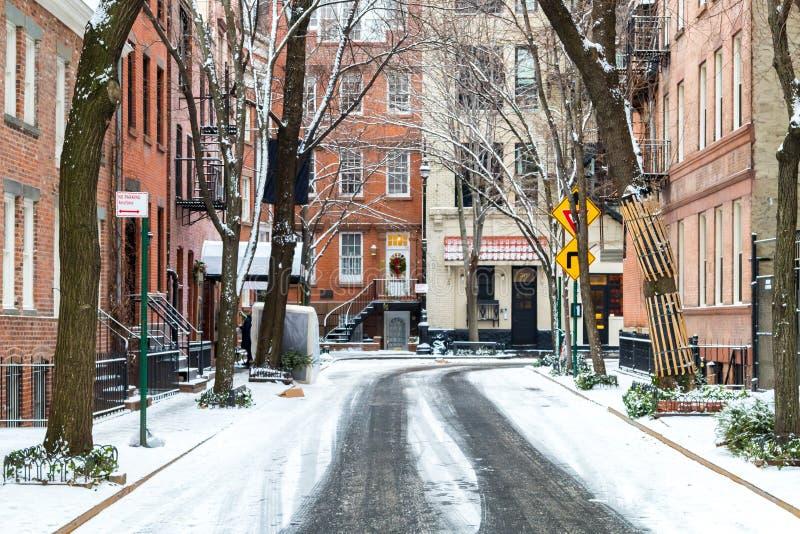 在一场冬天风暴以后的积雪的商务街道在纽约 免版税库存图片