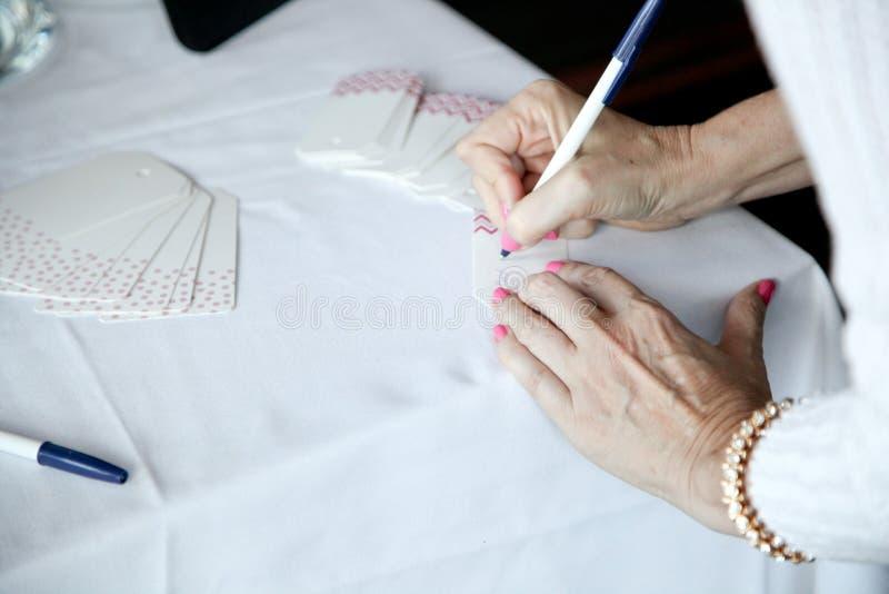 在一场新娘阵雨的名牌 库存图片
