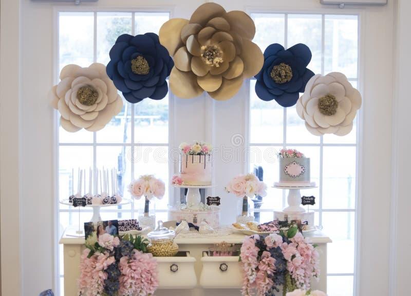 在一场新娘阵雨的点心桌 免版税库存照片