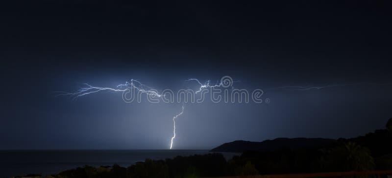 在一场风暴期间的闪电在海 免版税库存照片