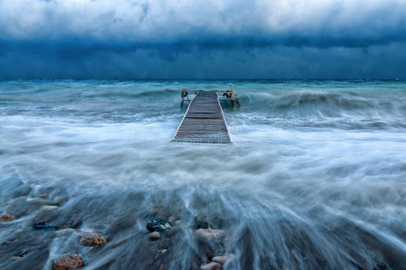 在一场飓风期间的海码头海上 免版税图库摄影