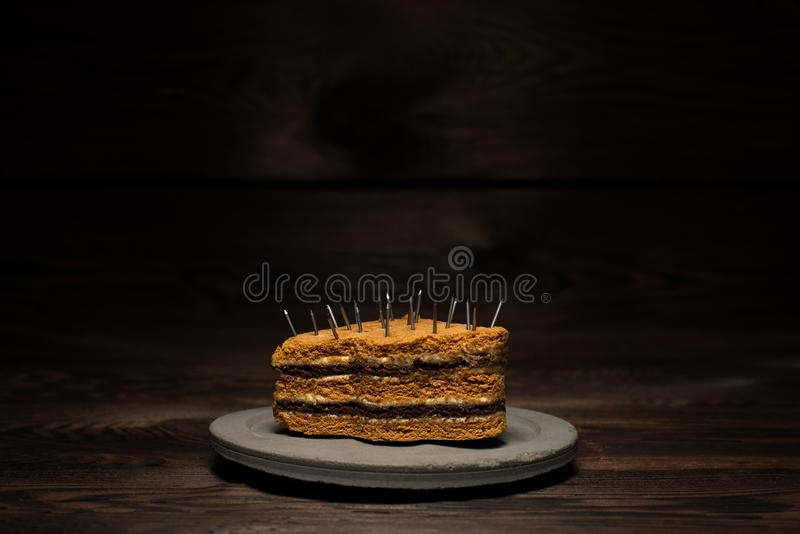 在一块具体板材的被烘烤的甜蛋糕在黑暗的木背景 对饮食广告 免版税库存图片