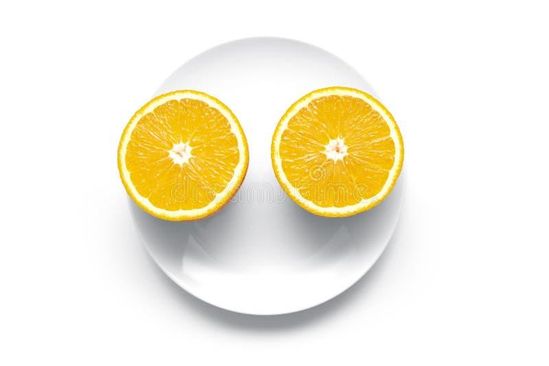 在一块圆的板材的两成熟橙色部分 库存图片