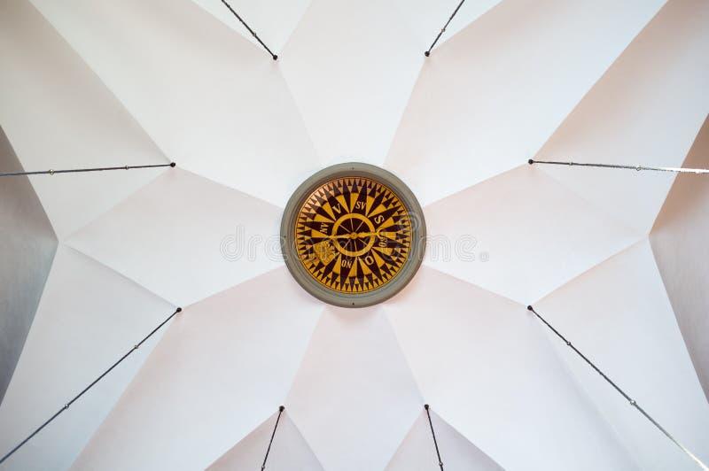 在一块天花板的巨大的指南针在beautifull教会里 库存图片