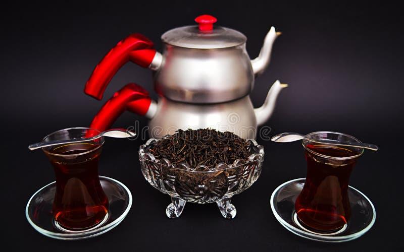 在一块小土耳其玻璃的土耳其茶 免版税库存图片