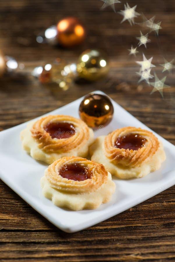 在一块小板材的圣诞节曲奇饼在木背景 库存照片