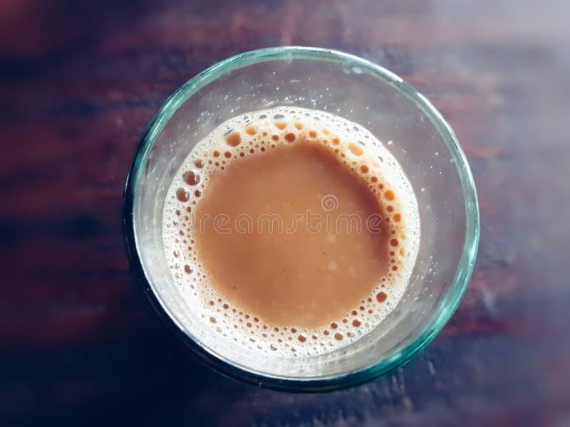 在一块小玻璃的印度茶 免版税库存图片