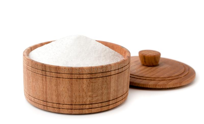 在一块木板材在白色,特写镜头的盐 库存图片