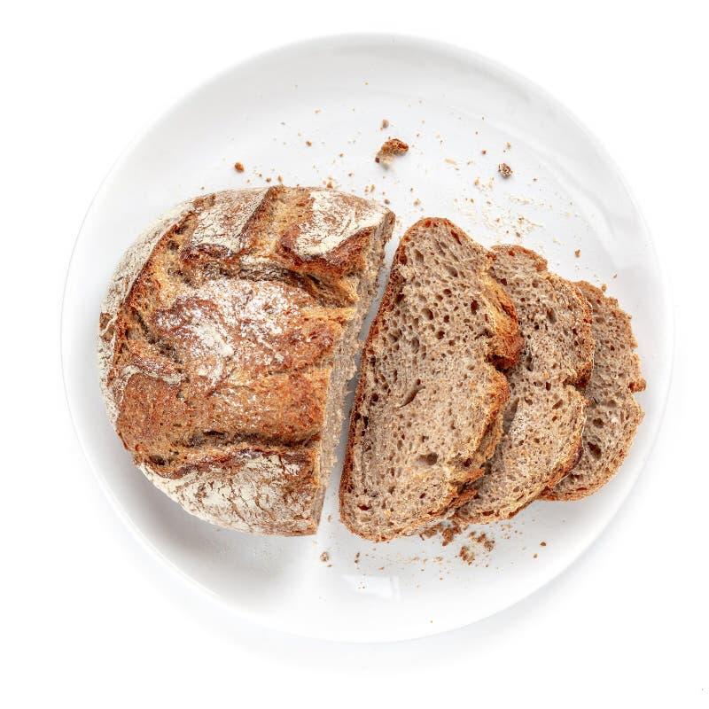 在一块板材的切的面包在白色背景 新鲜面包在cutted切片关闭  面包店,食物概念 顶视图 库存图片