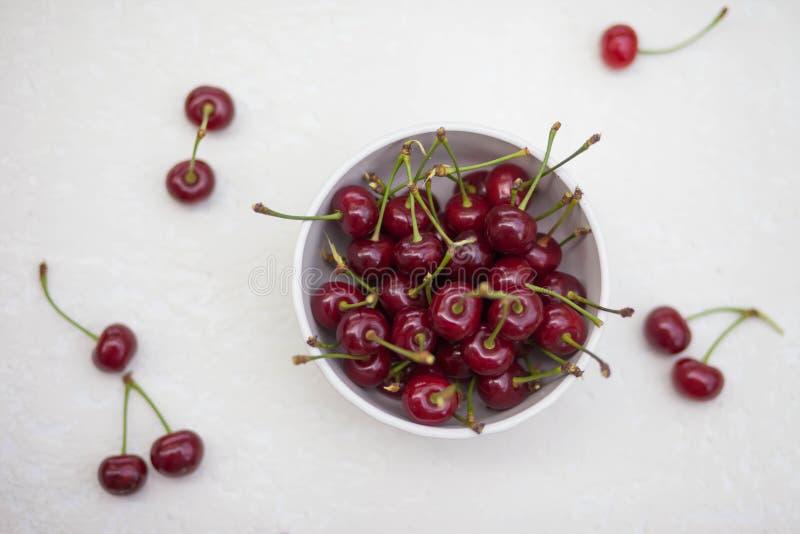 在一块板材的大樱桃在白色背景 图库摄影