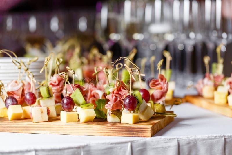 在一块板材的清淡的快餐在自助餐桌上 被分类的微型点心、纤巧和快餐,在事件的餐馆食物 A 库存图片