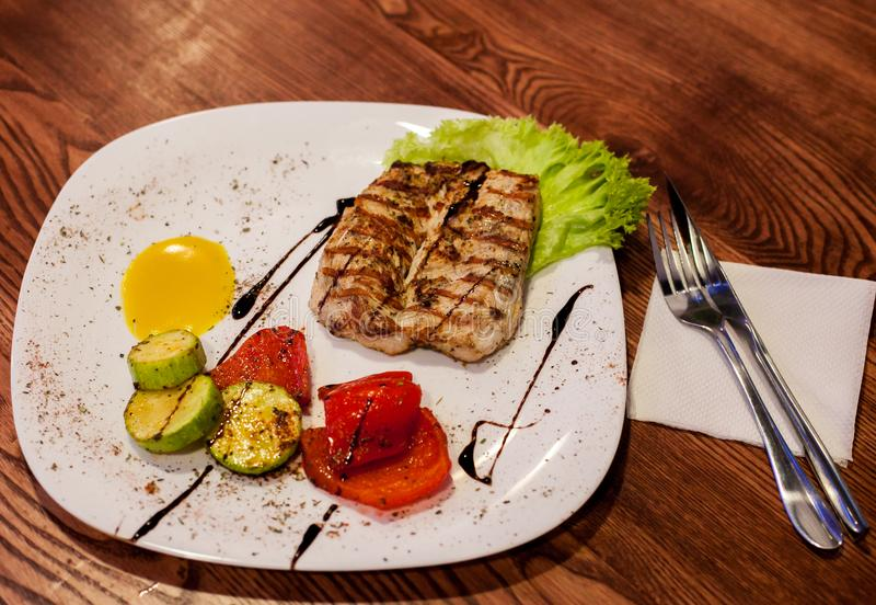在一块板材的烤牛排用不同的菜 免版税图库摄影