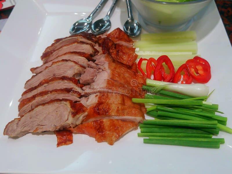 在一块板材的烤鸭有素食者和白汁的 免版税库存照片