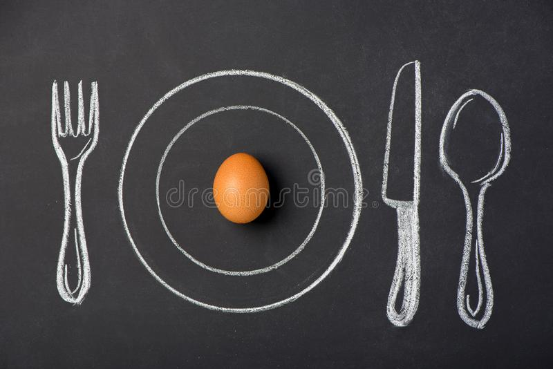 在一块板材的煮沸的鸡鸡蛋在粉笔板的图 库存例证