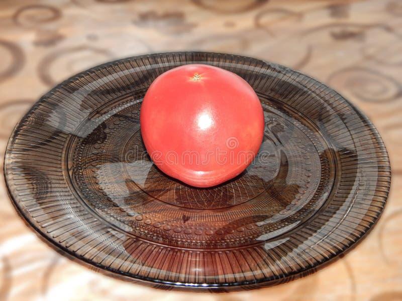 在一块板材的红色蕃茄在桌上 库存照片
