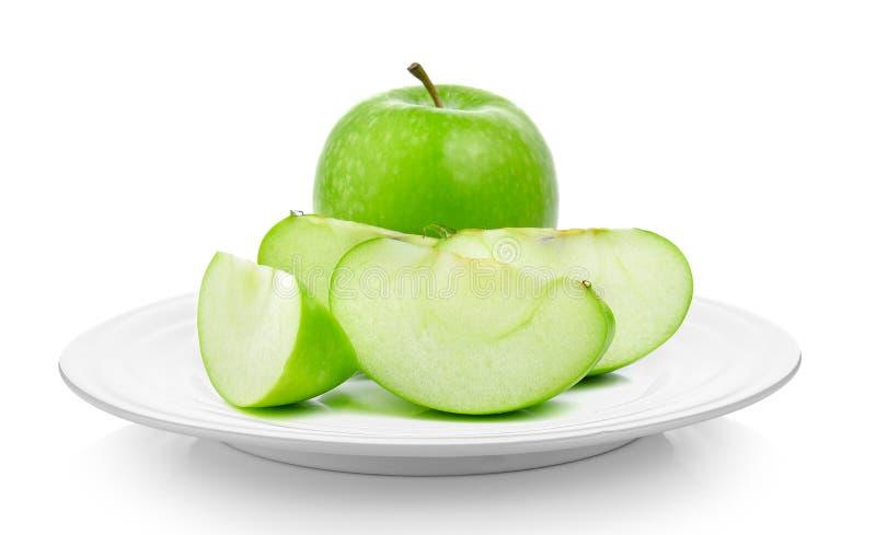 在一块板材的绿色苹果在白色背景 库存图片