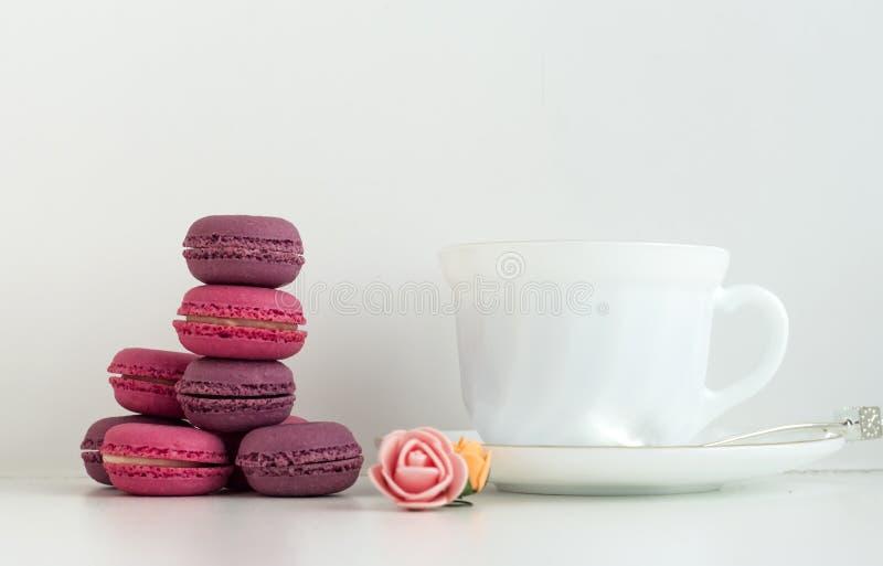 在一块板材的蛋白杏仁饼干在咖啡馆 一点甜点,法国纤巧 免版税库存图片