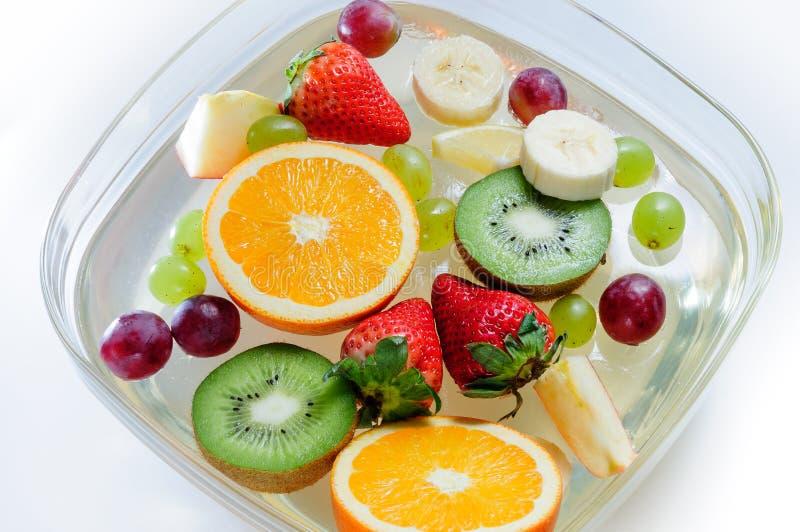 在一块板材的水多的果子有冰的 图库摄影