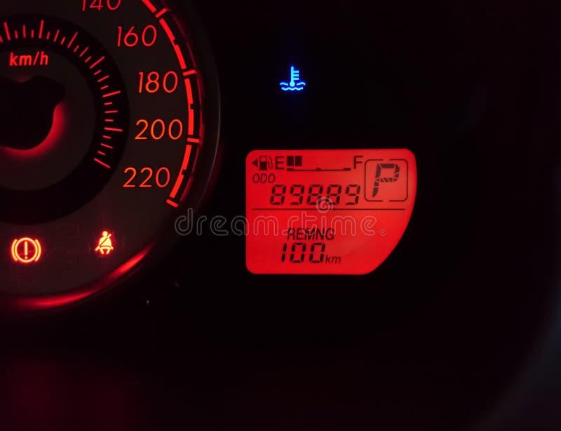 在一块汽车仪表板的车速表与在测路器的89,889英里 库存照片