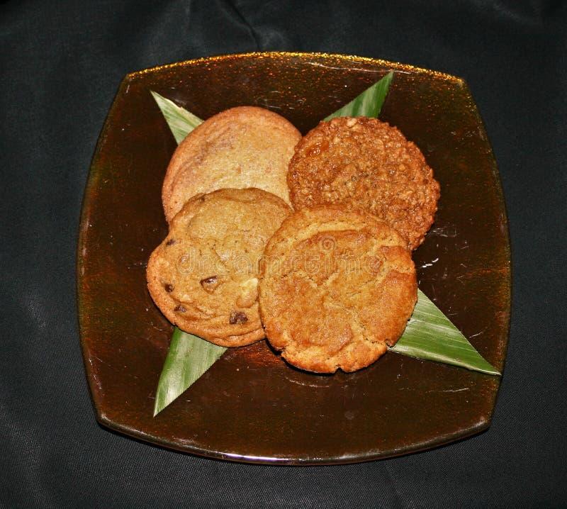 在一块玻璃板的被分类的曲奇饼有黑背景 免版税图库摄影